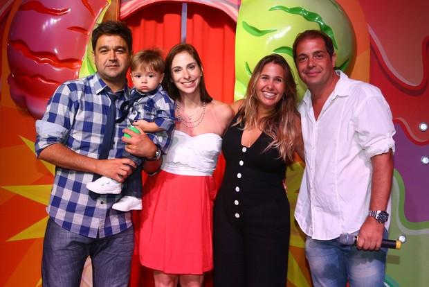 Andrea Sorvetão e Conrado com João Pedro, de um ano, filho do ator Alessandro Anes com Evelyn Bulgarel (Foto: Marcello Sá Barretto/ Ag. News)
