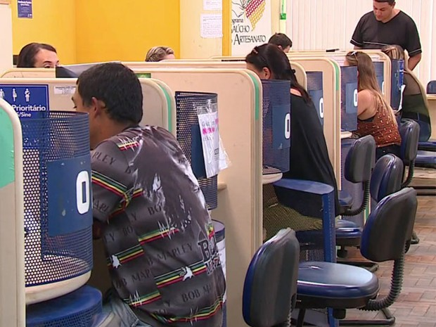 Trabalhadores em busca de vagas de emprego (Foto: RBS TV/Reprodução)
