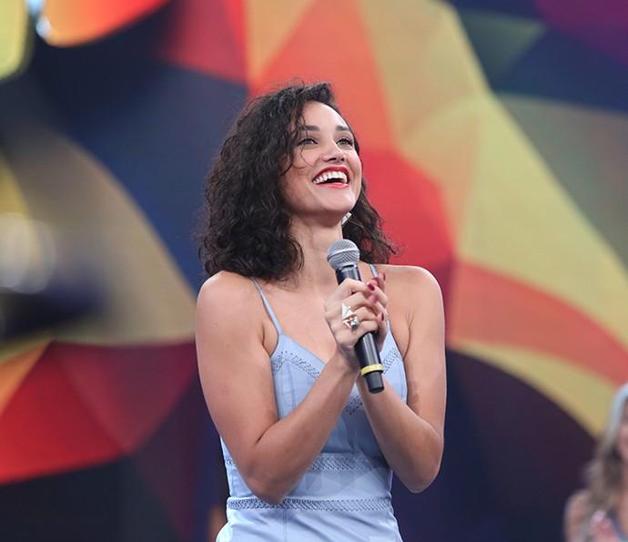 Débora Nascimento conversa com a plateia no Domingão (Foto: Carol Caminha/Gshow)