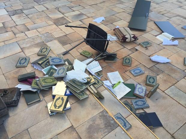 Pertences da mesquita jogados no chão, fora do prédio (Foto: Reprodução)