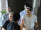 Caio Castro embarca no aeroporto e tira foto com fãs