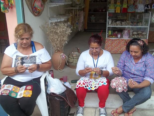 Rendeiras e costureiras 'jogam conversa fora' e fazem crochê enquanto os clientes não chegam (Foto: Rafael Melo/G1)