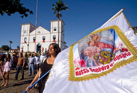 Parte integrante da Festa do Divino, na segunda e na terça-feira duas procissões de Reinado honram Nossa Senhora do Rosário e São Benedito (Foto: Haroldo Castro/Época)