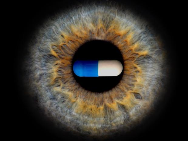 Montagem mostra imagem de pílula de antirretroviral sobre uma íris humana  (Foto: Bradley D. Gelfand/Science/Divulgação)