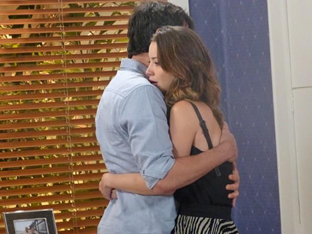 A jornalista não aguenta mais ficar longe do seu amor (Foto: Cláudia Castilho / Gshow)