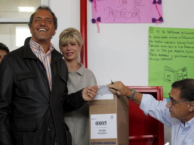 Candidato Daniel Scioli  Daniel Scioli ao lado da mulher, Karina Rabolini, durante votação nas eleições deste domingo (25) em Buenos Aires, Argentina (Foto: REUTERS/Martin Acosta)