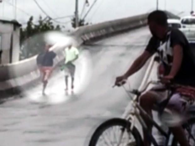 Dupla é flagrada assaltando motorista em Sâo Vicente, no litoral de SP (Foto: Reprodução/TV Tribuna)