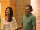Lisandra Souto assiste peça com o namorado no Rio