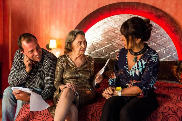 Laura Cardoso e Gloria Pires com o diretor André Felipe Binder (Foto: Raquel Cunha/ TV Globo)