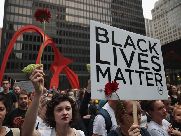 Em Chicago, manifestantes carregam o cartaz do movimento Black Lives Matter, que combate o racismo nos Estados Unidos (Foto: Getty Image )