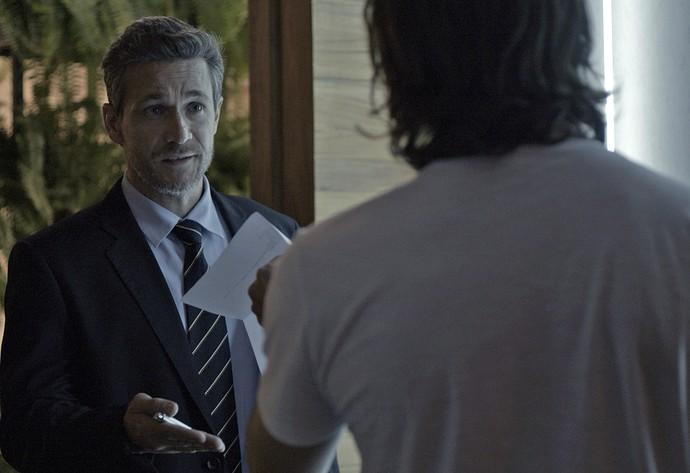 Oficial de justiça entrega documento informando que Gui deve ficar afastado de Chiara e Diana (Foto: TV Globo)