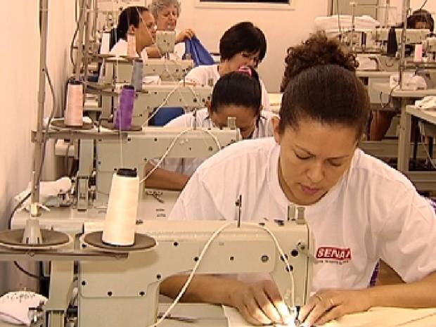 Senai oferece cursos para qualificar costureiras para o mercado (Foto: Reprodução / TV Tem)
