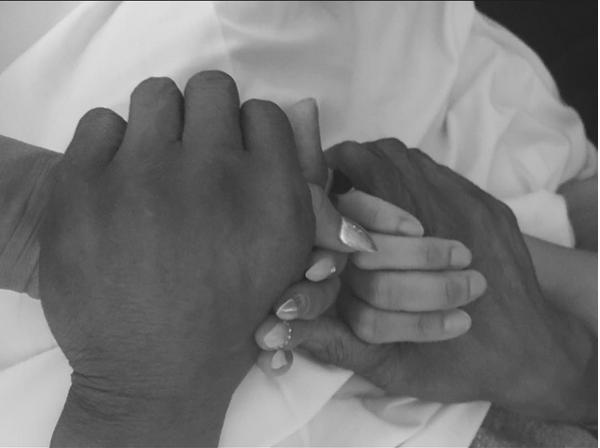 As irmãs Mel B e Danielle Brown de mãos dadas com o pai (Foto: Instagram)