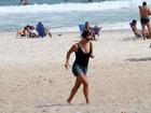 Grávida, Guilhermina Guinle aproveita a praia do Rio