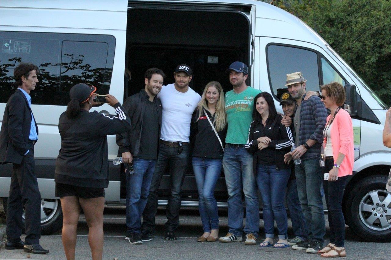Gerard Butler tira foto com fãs (Foto: JC pereira/Agnews)