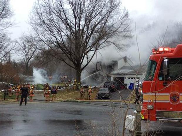Bombeiros combatem o fogo após a queda de um avião em Gaithesburg, Maryland (EUA) (Foto: Reuters/Montgomery County Fire & Rescue Service)