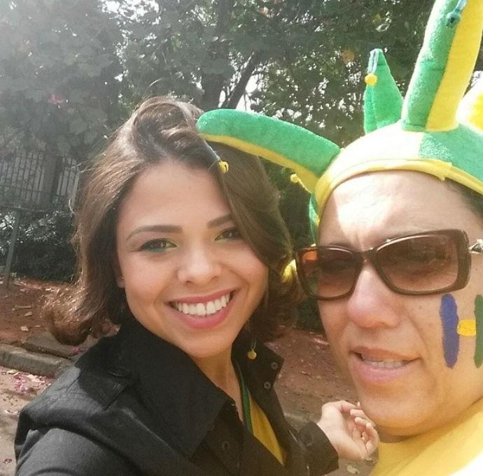 Erica, esposa de Hernanes, com a sogra, prontas para o jogo do Brasil (Foto: Reprodução/instagram)