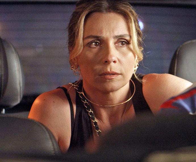 Atena chega de táxi ao restaurante (Foto: TV Globo)