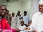 Por 'amor' a presidente eleito, nigeriano percorre 750 km a pé só para ver posse