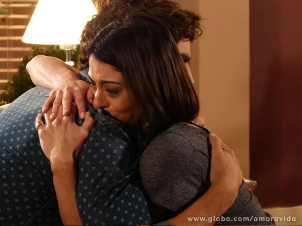 Silvia conta para Michel que está com câncer (Foto: Amor à Vida/TV Globo)