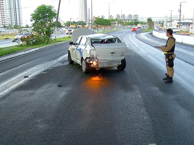 Apesar de o carro bater num poste e numa árvore, e ainda capotar, o taxista nada sofreu  (Foto: Reprodução/Inter TV Cabugi)