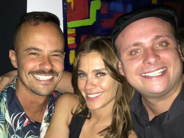 Paulo Vilhena, Carolina Dieckmann e Léo Fuchs em festa no Rio (Foto: Instagram/ Reprodução)