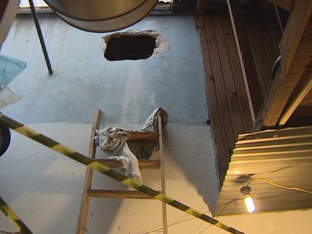 Bandidos abriram buraco em parede de restaurante em Porto Alegre (Foto: Reprodução/RBS TV)