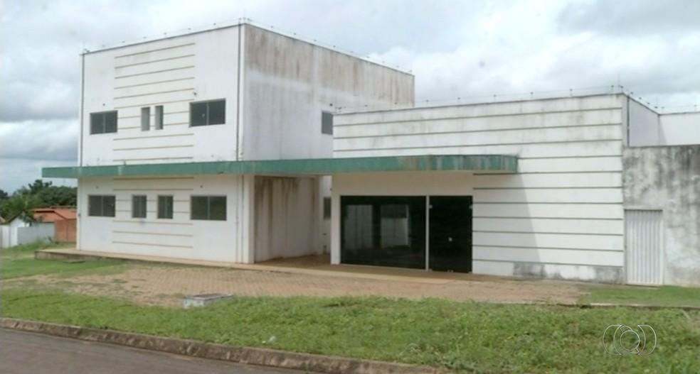 Prédio de unidade de sáude vem sendo usado como depósito segundo moradores (Foto: Reprodução/TV Anhanguera)