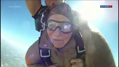 Vovó de 90 anos salta em queda livre de 4.800m de altura em comemoração de aniversário