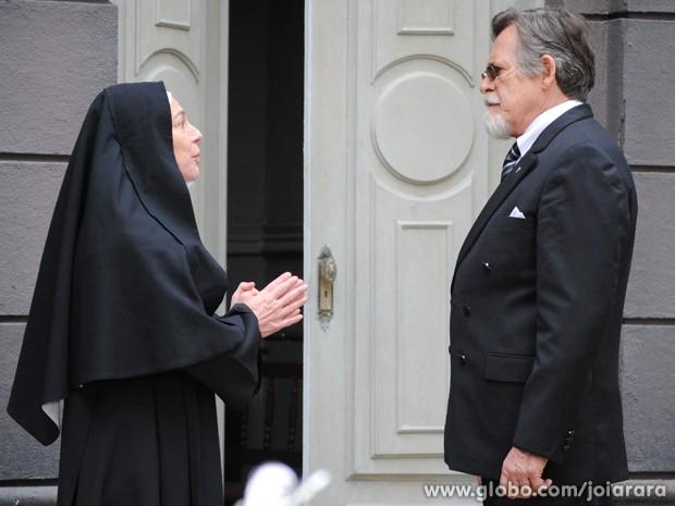 Madre explica a Ernest que ele não está autorizado a levar Pérola para casa (Foto: Joia Rara/TV Globo)
