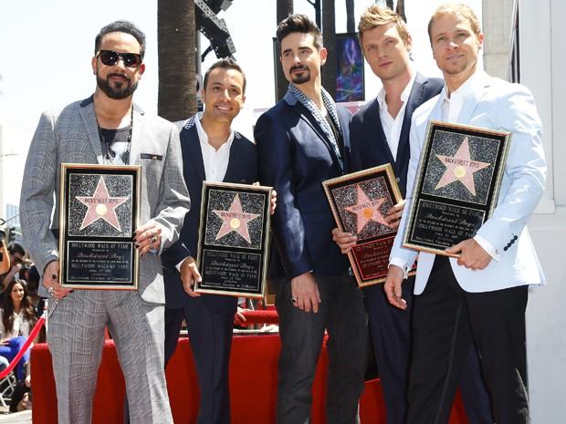 Da esq. para dir., AJ McLean, Howie Dorough, Kevin Richardson, Nick Carter e Brian Littrell, do Backstreet Boys, ganham estrela número 2.495 na Calçada da Fama (Foto: Imeh Akpanudosen/Getty Images/AFP)