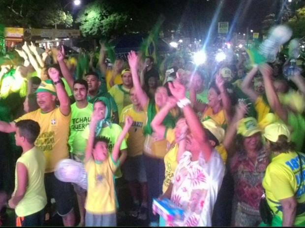 Em Natal, grupo festeja votação na Câmara Federal neste domingo (Foto: Anderson Barbosa/G1)