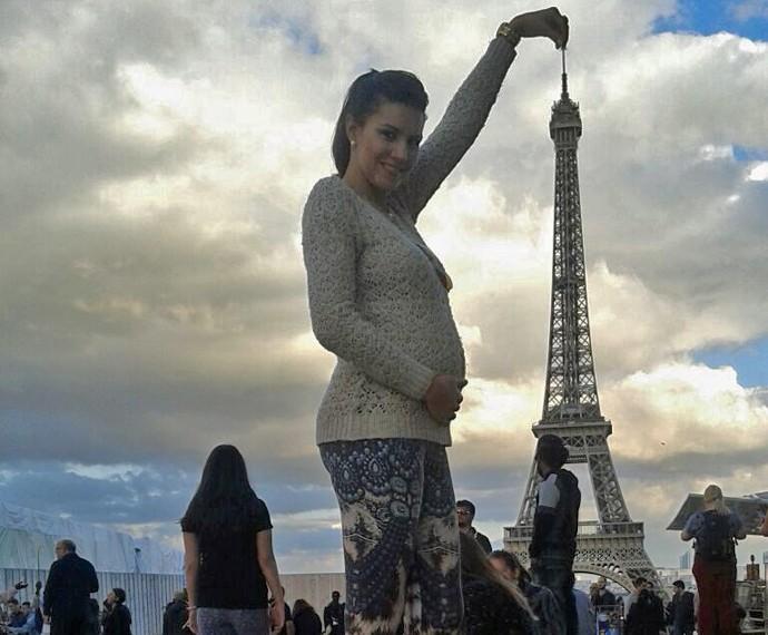 Mariana brinca que está segurando a Torre Eiffel (Foto: Arquivo Pessoal)