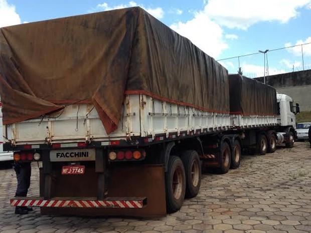 Cerca de 350 mil maços de cigarros sem nota fiscal, contrabandeados do Paraguai, foram apreendidos na manhã desta quinta-feira (5) (Foto: Carolina Mescoloti/G1)