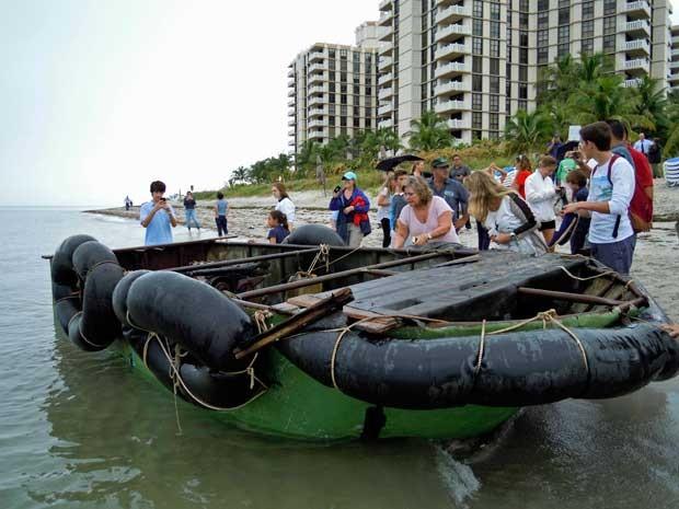 Barco improvisado usado para a travessia de nove cubanos até Miami. (Foto: David Adams / Reuters)