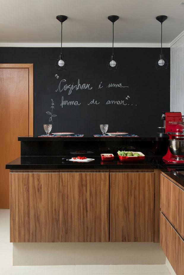 Apartamento com horta e cozinha ampla celebra o convívio (Foto: Manu Oristanio/Divulgação)