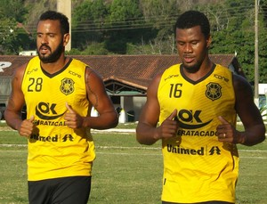 Bruno Simões e Léo Oliveira, zagueiro e volante do Rio Branco-ES (Foto: Luciana Castro/Gazeta Esportes)