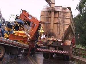 Dois motoristas se envolvem em acidente BR-365 em Patos de Minas (Foto: Igor Nunes/ Patos Online divulgação)