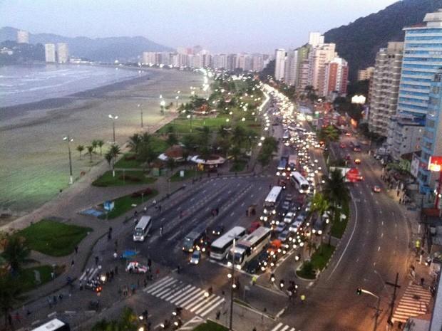 Divisa entre Santos e São Vicente congestionada (Foto: Ricardo da Cunha Fernades/VC no G1)