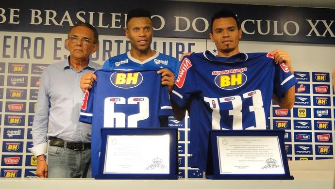 Júlio Baptista e Ceará recebem homenagem do supervisor de futebol do Cruzeiro, Benecy Queiroz (Foto: Gabriel Duarte)