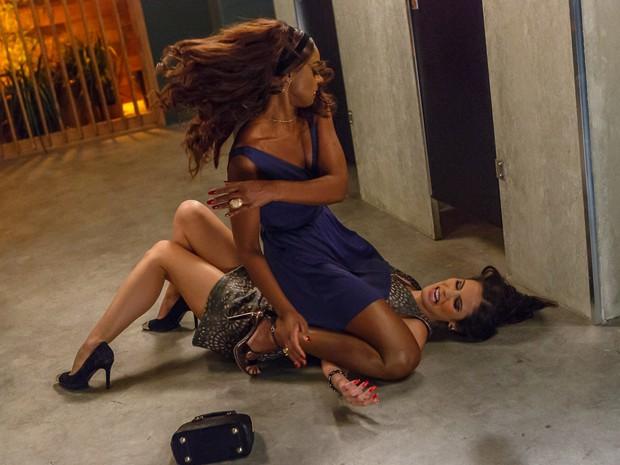 Juju bate muito em Carmen (Foto: Artur Meninea/TV Globo)