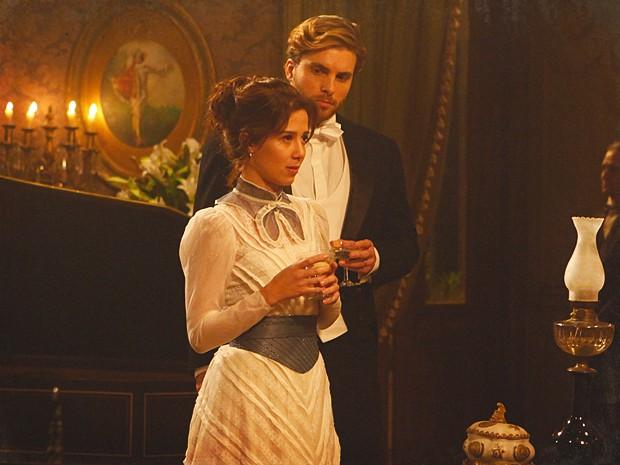 Laura descobre que a mãe contratou uma mulher para dar em cima de Edgar (Foto: Lado a Lado / TV Globo)