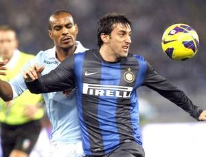 Diego milito e Konko, Lazio e Inter de milão (Foto: Agência Reuters)