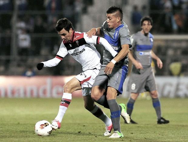 Nicolas Castillo Danilo Cacadoro, Universidad Catolica x Atletico Goianiense (Foto: Agência AFP)