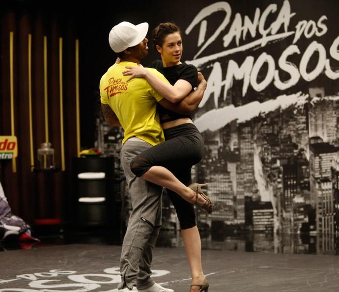 Sophia Abrahão está ajustando os detalhes do ritmo baladão (Foto: Raphael Dias/Gshow)