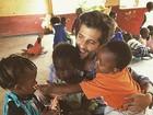 Bruno Gagliasso posa com crianças carentes na África