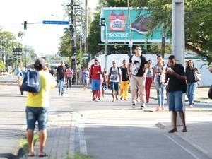 Passageiros descem dos ônibus (Foto: Marlon Costa/Pernambuco Press)