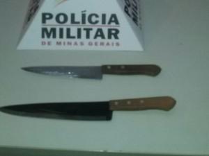 Facas foram apreendidas com o autor do crime (Foto: Polícia Militar/Divulgação)