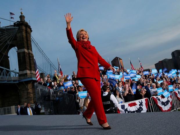 Hillary Clinton durante comício em Cincinnati, Ohio, na segunda-feira (31)  (Foto: Reuters/Brian Snyder)