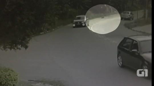 Mulher é atropelada e motorista foge sem prestar socorro em Atibaia; veja